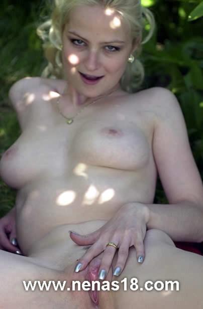 desnuda en el jardin