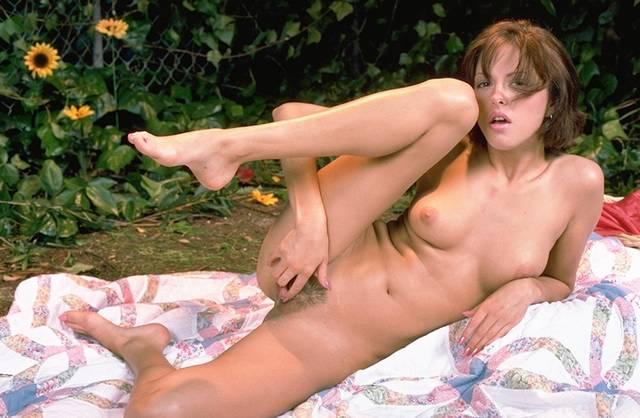 Linda Colegiala Que Le Gusta Desnudarse En El Jardin Y Mostrarnos Sus