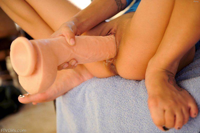 Nena metiendose un consolador enorme