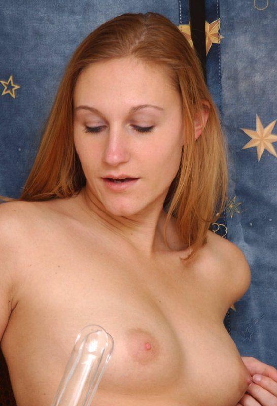 Jovencita usando un separador vaginal