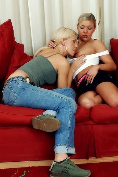 Dos lesbianas dandose el lote en el sofa