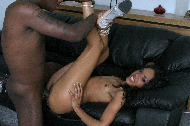 Negra jovencita follando