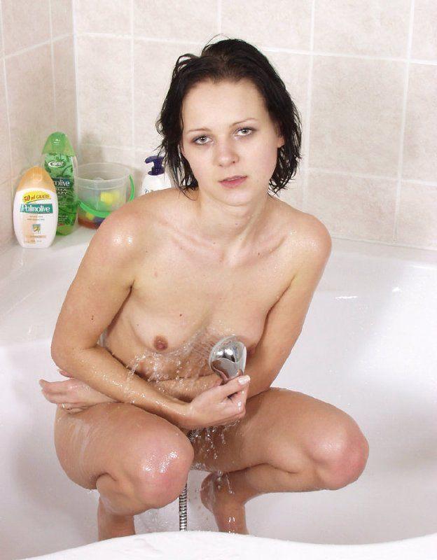 Nena ucraniana dandose un baño