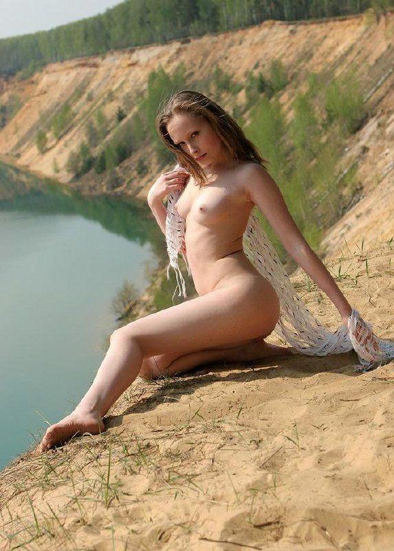 Desnuda junto al lago