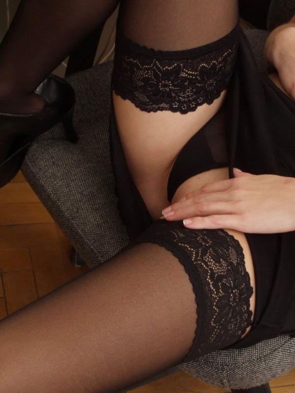 Joven secretaria desnuda