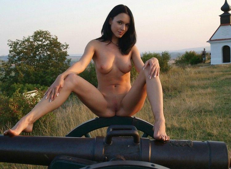 Joven desnuda sobre cañon