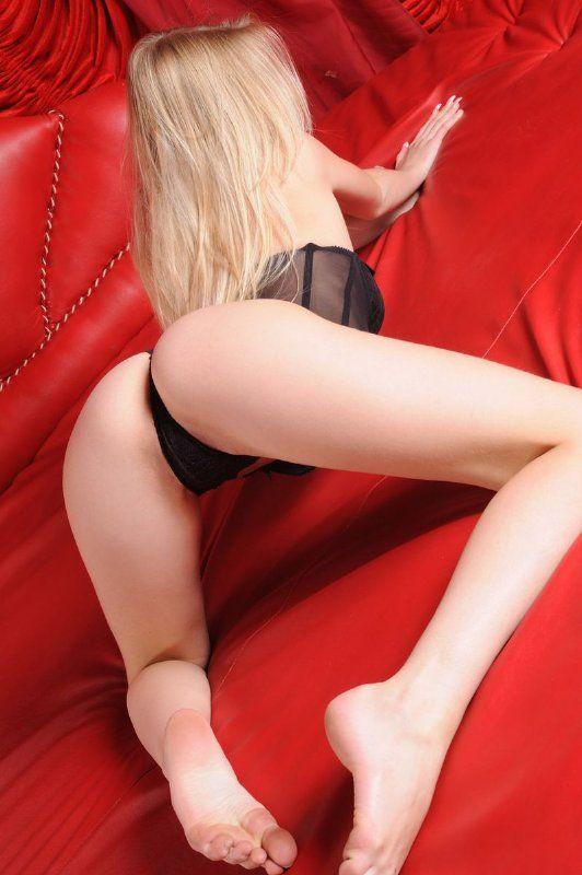 Desnuda en la habitación roja