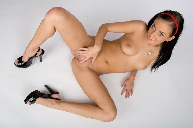 Jovencita desnuda en sesion de fotos