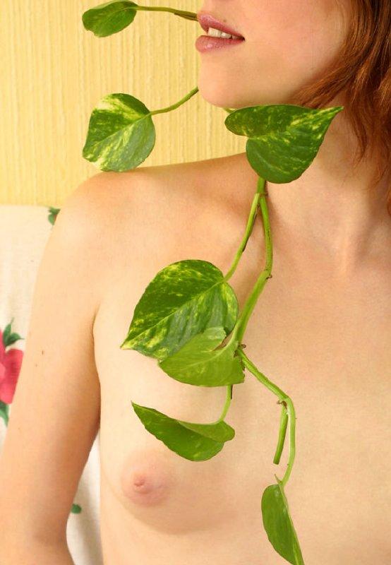 Flor una jovencita desnuda
