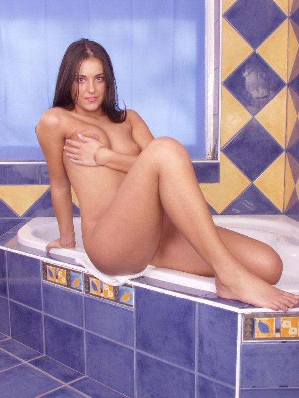 Jovencita desnuda en el jacuzzi