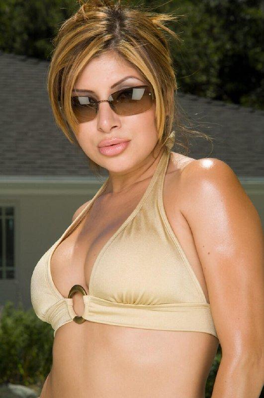 Latina caliente en la piscina