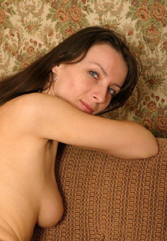 Mujer se desnuda en el sofa