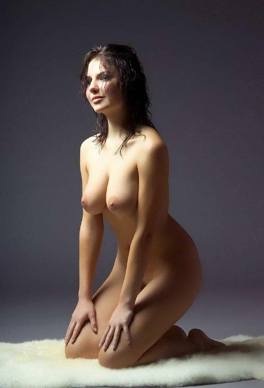 Hermoza morena desnuda en sesion de fotos