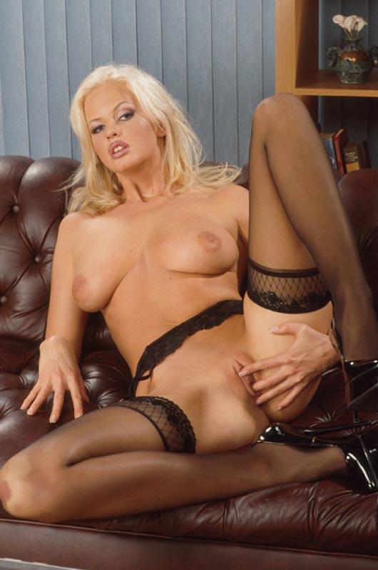 Rubia ardiente desnuda en el sofa