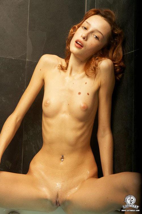 Nena desnuda en la bañera