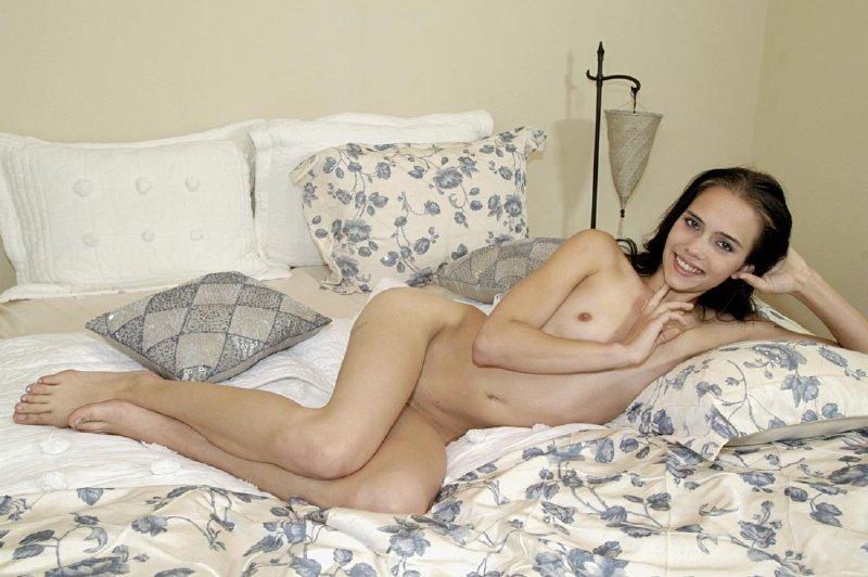Nena desnuda en la cama