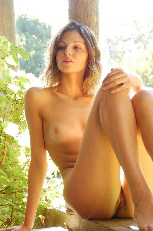 Nena desnuda en la cabaña