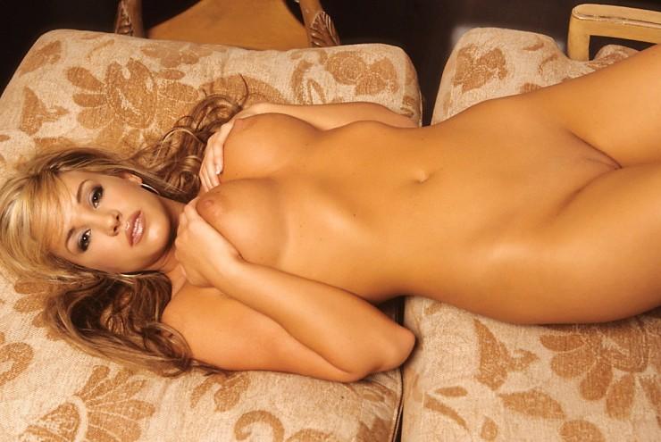 Hermoza tia rubia desnuda en una mansion