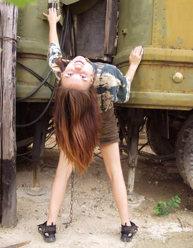 Jovencita desnuda en las vias del tren