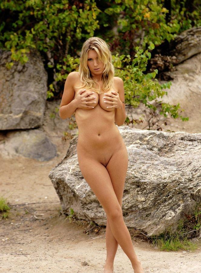 Jovencita tetona desnuda en el rio