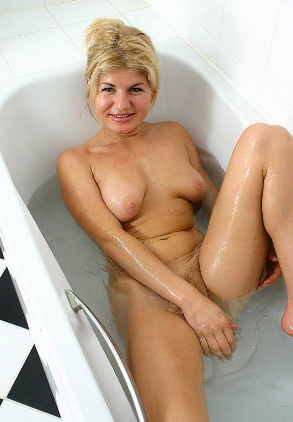 Rubia desnuda en la bañera