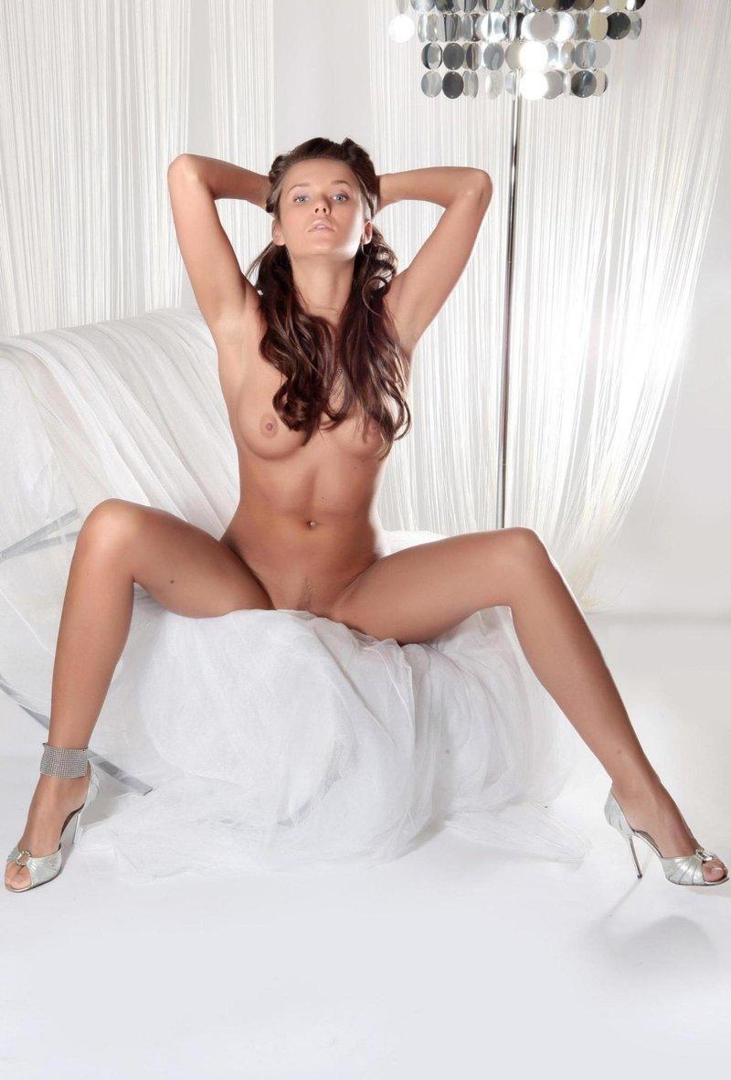 Preciosa nena desnuda comiendo chocolate