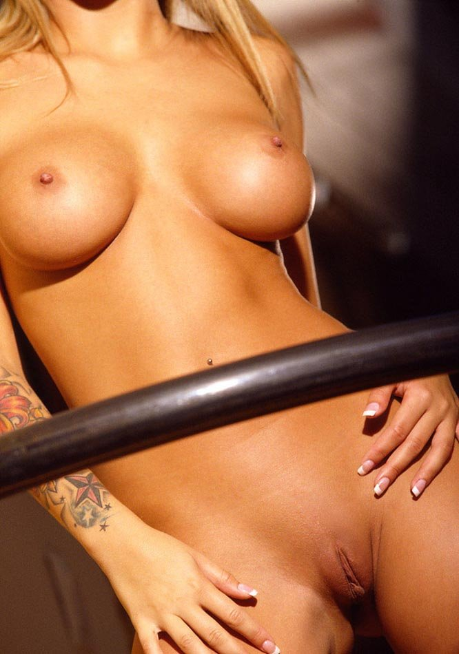 Rubia desnuda muy sensual