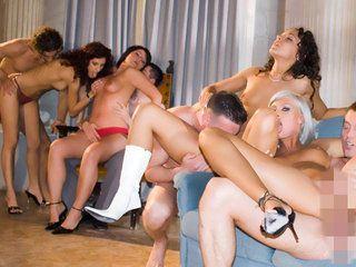 Cinco tías guapas follando