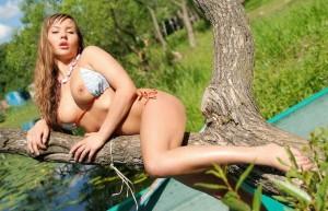 Tia desnuda en el lago