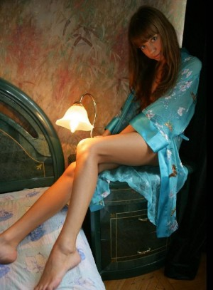 Jovencita desnuda en la habitacion del hotel