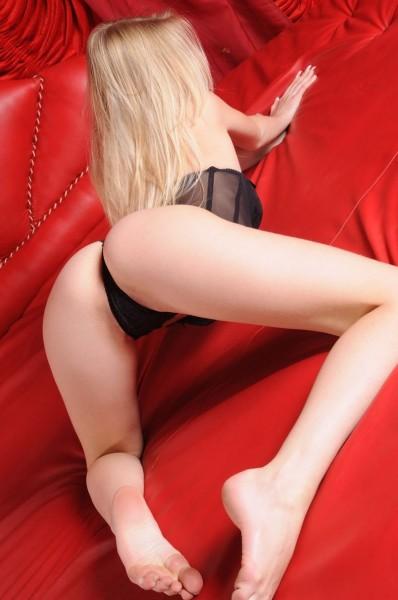Nena desnuda en sofa rojo