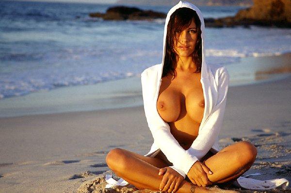 conejita-desnuda-en-la-playa_16