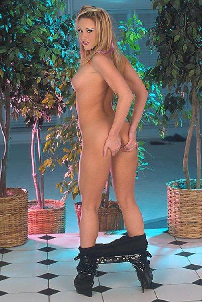 jovencita-con-pantalon-de-latex_14