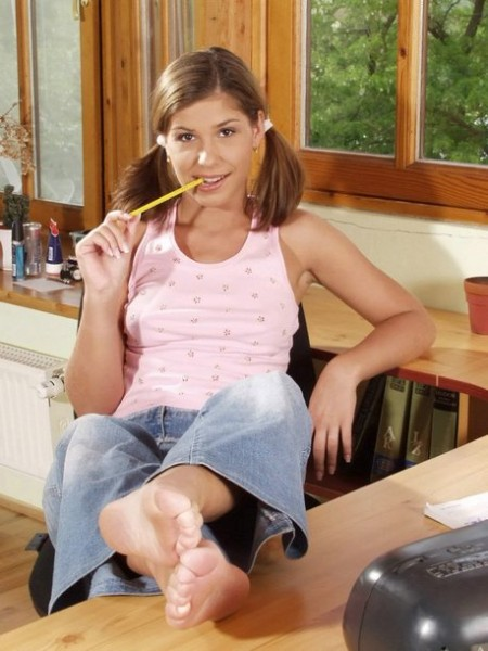 jovencita-estudiante-se-desnuda_02