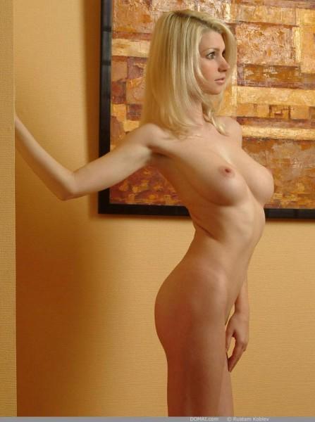 rubia-desnuda-promocionando-la-pintura_02