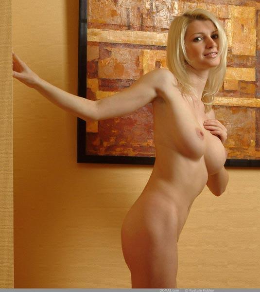 rubia-desnuda-promocionando-la-pintura_03