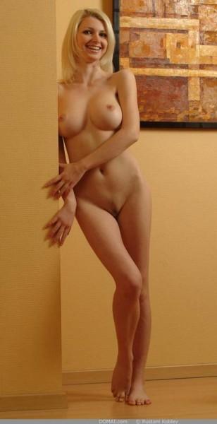 rubia-desnuda-promocionando-la-pintura_04