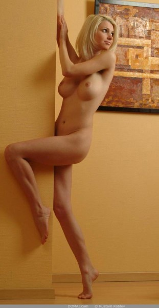 rubia-desnuda-promocionando-la-pintura_06