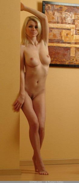 rubia-desnuda-promocionando-la-pintura_07