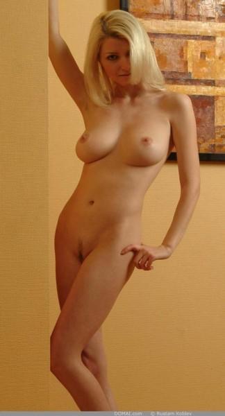 rubia-desnuda-promocionando-la-pintura_08
