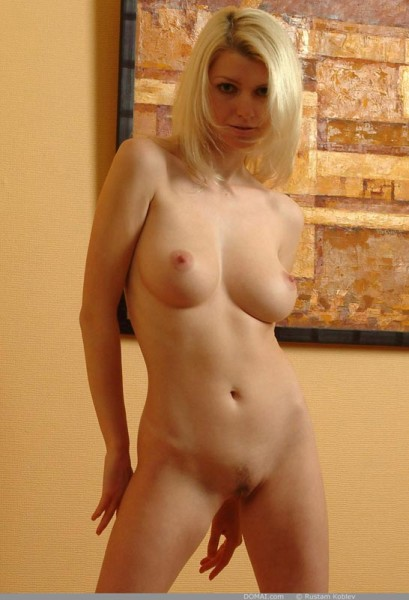 rubia-desnuda-promocionando-la-pintura_11
