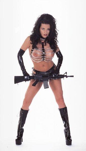 chica-desnuda-con-fusil_01