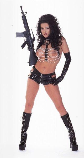 chica-desnuda-con-fusil_02