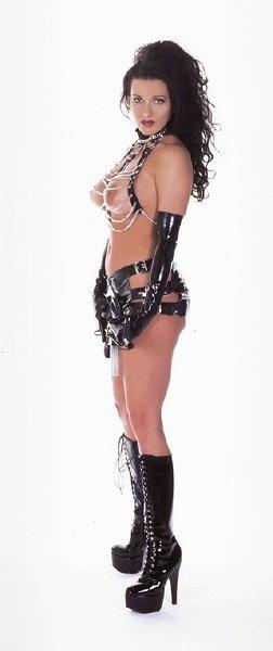 chica-desnuda-con-fusil_04
