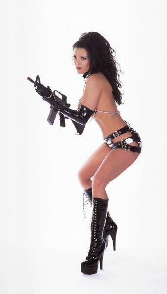 chica-desnuda-con-fusil_05