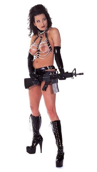 chica-desnuda-con-fusil_08