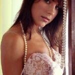 Zamira desnuda en su casa