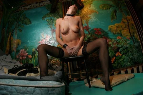 chica-mala-posando-desnuda_04