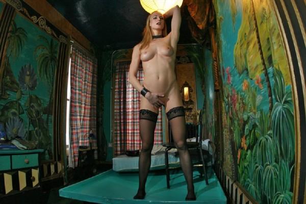 chica-mala-posando-desnuda_06