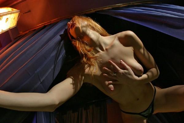 chica-mala-posando-desnuda_08